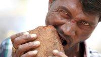 印度这名男子是怎么了, 不吃饭, 却沉迷于吃砖和砾石泥土