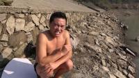 在南方吃着辣椒挑战冬泳, 小伙这瑟瑟发抖的表情超搞笑