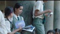 《嗝嗝老师》玛图尔一进教室就看学校打起来, 叫来保安, 却不知是故意的闹剧
