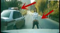 嚣张女子持棍拦路要钱, 旁边的车如此应对!