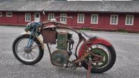 国外牛人制作拖拉机摩托, 打火要手摇, 骑上回头率爆表!