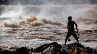 非洲土著渔民, 站在一眼望不到底的瀑布捕鱼, 而这里却是最安全的