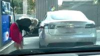 女司机开电动车还要加油 死活找不到加油口