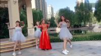 新娘带领一群伴娘来跳舞, 我也想跟着跳了