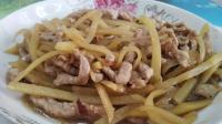 嫌冬天炒菜步骤麻烦? 来试试这道猪肉炒土豆丝, 一家人吃的真开心