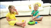 萌娃小可爱们的玩具可真是有趣呢! 哈哈, 两个小家伙真是萌萌哒!