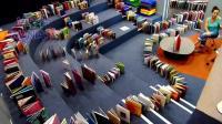 多米诺骨牌, 把整个2层图书馆的书做成多米诺骨牌, 何等壮观, 只是一地书谁来整理
