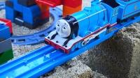 小火车托马斯汽车乐趣园,行驶在沙滩的托马斯玩具!
