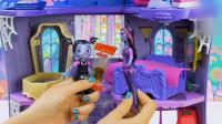 吸血鬼女孩玩具: 用染料在白纸上绘画和温蒂发现可乐味软糖糖果