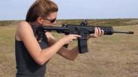 美女试射AR突击步枪, 两根枪管威力更强劲了