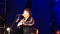 伍佰尾牙现场一曲《你是我的花朵》嗨翻全场, 引得台下观众一起大合唱!