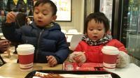 圣诞节萌娃兄妹搞笑吃播 宝宝吃薯条喝牛奶视频 糖糖亲子时光