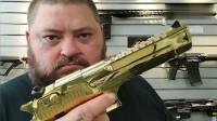 国外胖大叔展示收藏多年的金枪, 你确定不是来搞笑的?