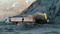 百吨王重卡正在装载煤炭, 青藏高原上的煤矿背后是起伏的雪山