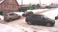 上坡路被大雪覆盖, 这些汽车是来搞笑的吗?