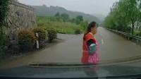 女子看到车就想碰瓷, 结果行车记录仪拍下搞笑的一幕, 网友表示肚皮都笑破了!