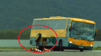 为什么奔驰这款大巴车, 要特意按两个辅助轮? 看着搞笑但很实用