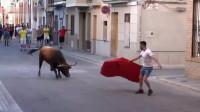 西班牙全民斗牛士, 不信? 暴虐的公牛跑出来了, 睁大眼睛看完就知道