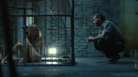 为了得到心目中的女神, 他将女人囚禁在笼子里, 像宠物一样养着