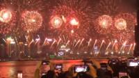 香港跨年夜维多利亚港烟花秀场面壮观