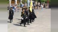 秘鲁女兵走正步, 直接顺拐了, 太搞笑了