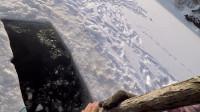 冰钓在没有 潜水员的情况下 从冰湖捞起遗落在冰湖的冰钓装备
