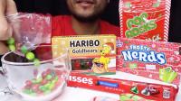 小哥吃外国超流行糖果, 满满的鲜果滋味, 网友: 这种吃法是第一次见