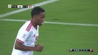 阿联酋右侧角球开出 中路马布库特迎球劲射稍稍偏出门柱