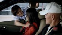 俩罪犯开车逃跑,女警察不顾危险直接趴在车窗搏斗,场面真是惊险