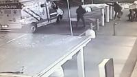 意大利运钞车当街遭抢! 监拍: 劫匪持AK47突击步枪打劫运钞车