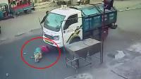 """绝对幸运! 监拍: 女子被卡车撞倒碾压奇迹般""""毫发无损"""""""