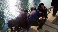 实拍: 男子落水命悬一线 特警箭步跳河救人