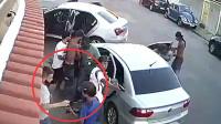 """躺枪! 监拍: 男子路过抢劫现场被""""顺便""""打劫"""