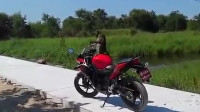 男子摩托车被猴子撒尿, 恼羞成怒与其大战300回合, 画面太搞笑了!