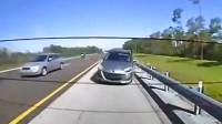 高速追尾警车起火! 实拍: 轿车撞车后起火警察救被困司机