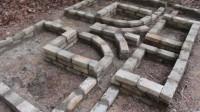 小哥徒手建造了罗马式房屋又在房屋周围建造温水游泳池