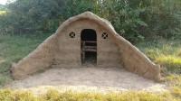 小哥过着悠闲的生活远离喧哗的城市森林中建造壮观的地下泥屋