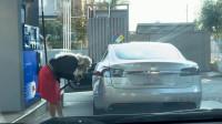 女司机将特斯拉开去加油站, 硬是要给车加油, 监控拍下搞笑一幕!