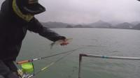 这钓鱼人这样的天气出来钓鱼, 自己都承认是得病了