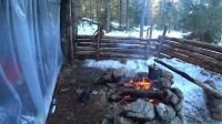 小伙  露营 旅行建造木屋在冬季森林过夜
