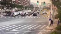 白色越野车连撞4车 致2死3伤