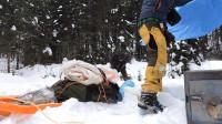 旅行荒野生存体验之冬天露营在带火炉的帆布帐篷里过夜