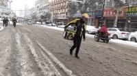 小伙雪天游陕西商南县城, 路滑车少外卖小哥踏雪步行送餐