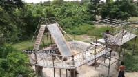 小伙徒手建造两个有趣的水上滑梯 网友: 这动手能力真的不一般