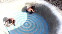 小哥徒手居然建造了一个圆形游泳池