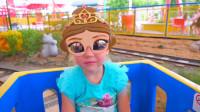 萌娃小可爱去到了一个有趣的儿童乐园, 玩的好开心! 小家伙的面具真漂亮!