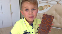 熊孩子偷吃抽屉里的巧克力被爸爸抓个正着, 这小家伙可真是个吃货呢!