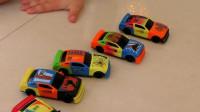 熊孩子的玩具小汽车可真有趣! 小家伙组装起来可真是熟练呢!