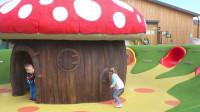 萌娃小可爱: 好漂亮的蘑菇房子! 宝宝不想回家, 打算以后就住这里了!