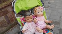 萌娃小可爱带玩具宝宝们一起去玩玩具车, 萌娃: 好东西要大家一起分享嘛!